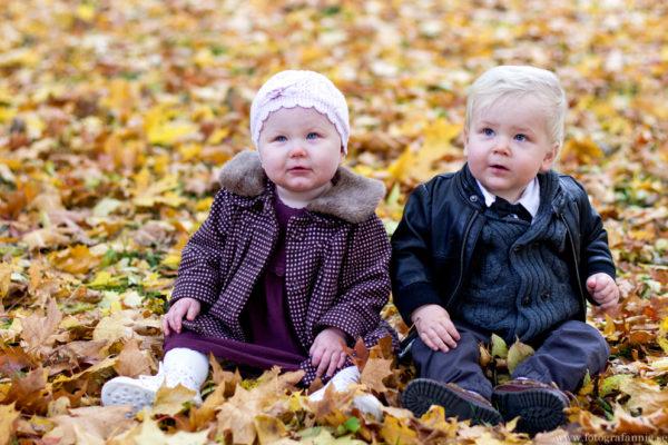 Tvillingar bland höstlöven